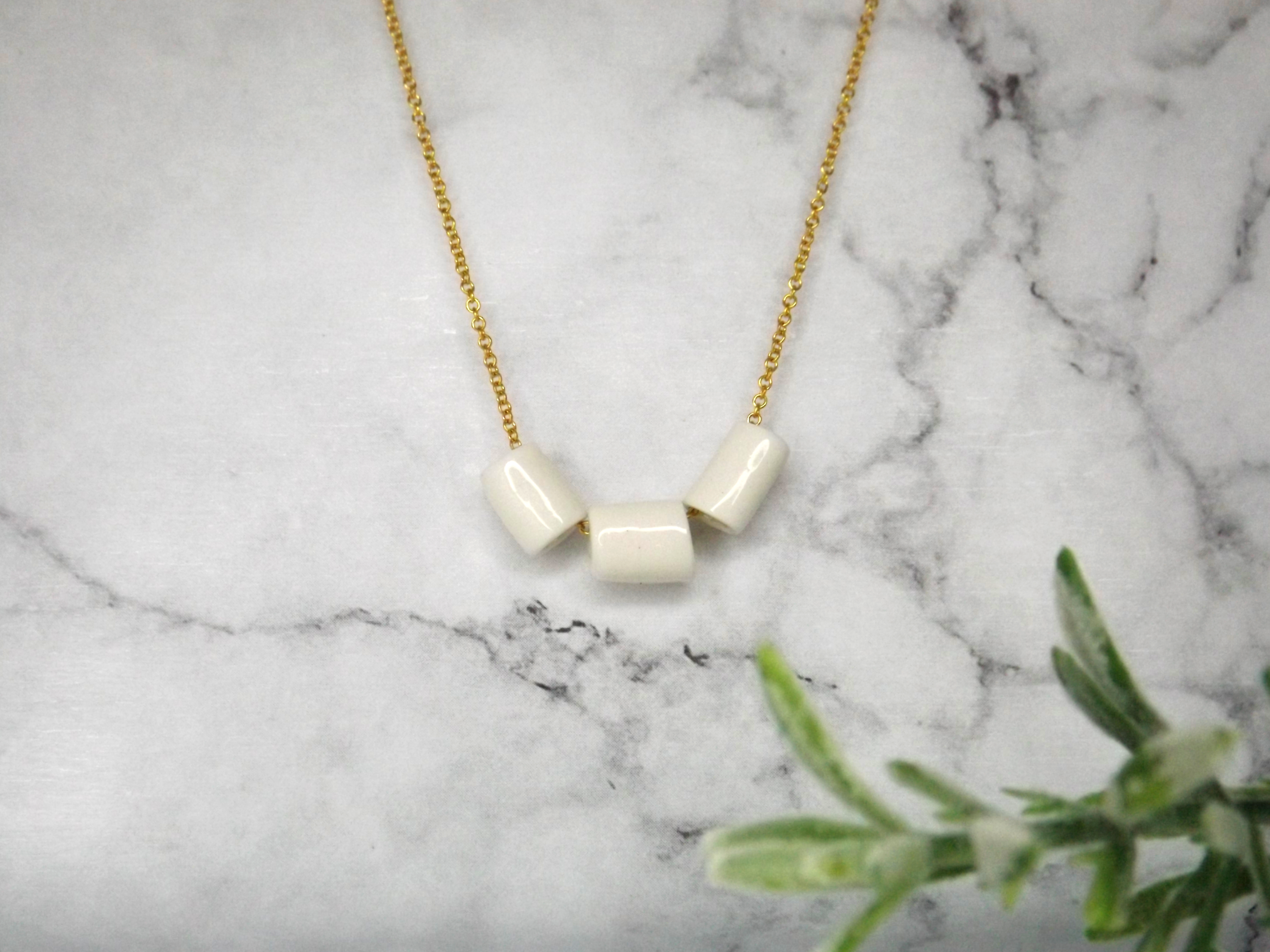 Porcelain and gold mini tubes necklace.