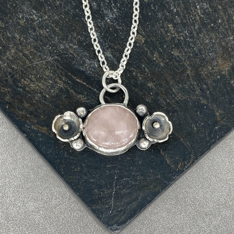 Rose-quartz-flower-necklace.jpg