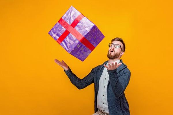 גבר עם מתנה