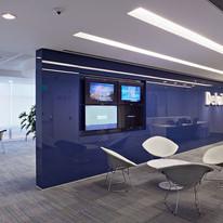 Revestimento de parede com vidro azul em espaço corporativo