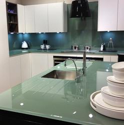 Revestimentos na cozinha! Splashback e tampo de mesa com a mesma tonalidade