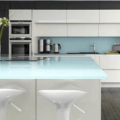 Revestimento da área úmida da cozinha com vidro branco e tampo com mesmo material