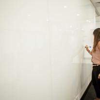 Revestimento de parede com vidro branco para utilização de lousa.