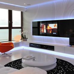 Revestimento de parede com vidro preto como painel de TV