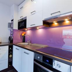 Revestimento da área úmida da cozinha com vidro lilás
