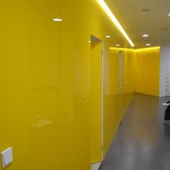 Revestimento de parede com vidro amarelo