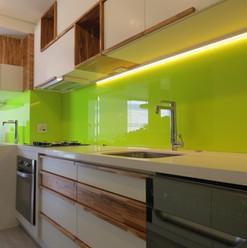 Revestimento da área úmida da cozinha com vidro acácia - Linha Colorfluo
