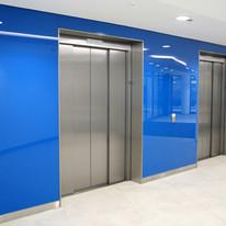 Revestimento no hall de elevadores com vidro azul