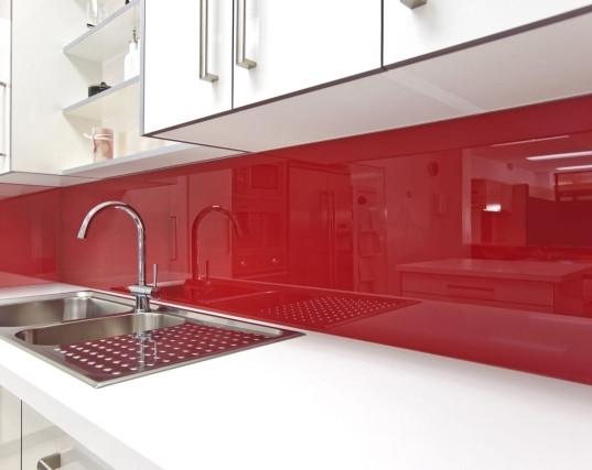 Revestimento da área úmida da cozinha com vidro vermelho