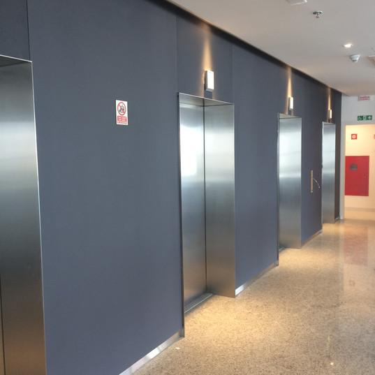 Revestimento no hall de elevadores com vidro chumbo - Linha softcolor