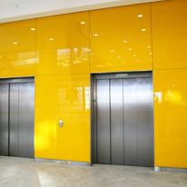 Revestimento do hall de elevadores com vidro amarelo