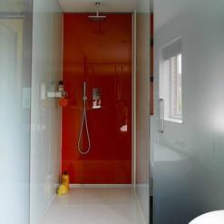 Revestimento da área interna do banho com vidro vermelho