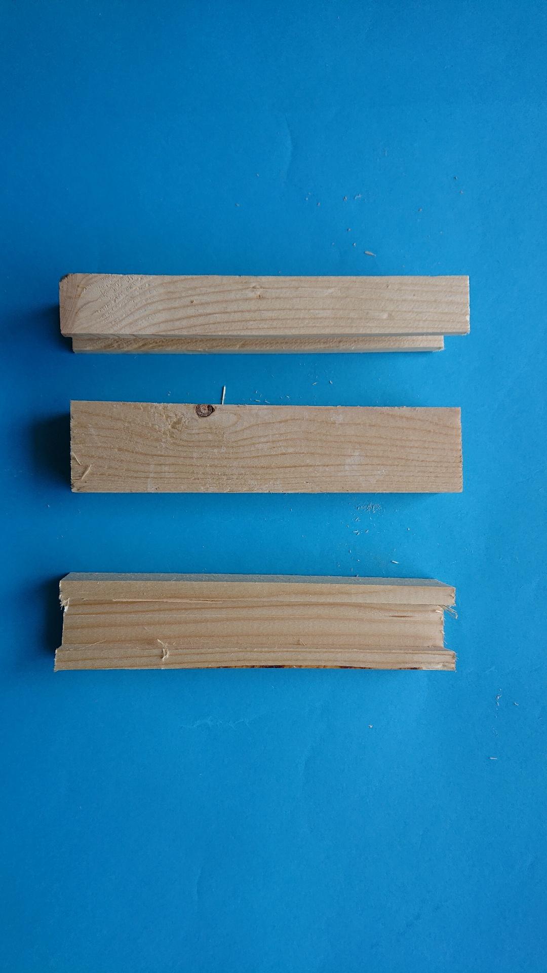 4. Balkje met inham 20 x 2.6 x 4.2 cm: 0.30 euro