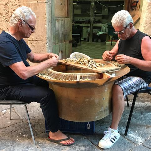 Pescatori al lavoro in Ortigia