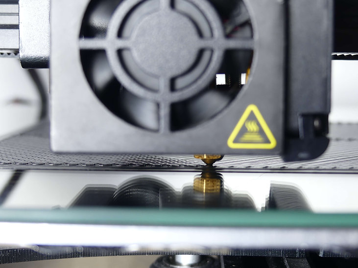 Nahaufnahme eines 3D-Druckers beim Druck einer Goldwaschmatte