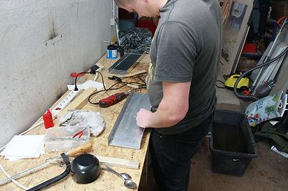 Paul an Werkbank in unserer ersten Werkstatt