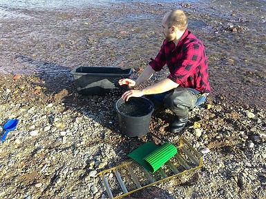 Goldwäscher muss eine Passivrinne auseinanderbauen für den Cleanout, Foto