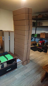 Gestapelte Pakete in der Rinnenwerkstatt
