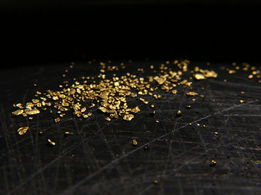 Nahaufnahme von Goldflittern in Pfanne