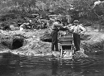 Schwarz-Weiß-Foto Goldwäscher mit Highbanker und Goldwaschpfanne, Ivalo, Finnish Lapland in 1898