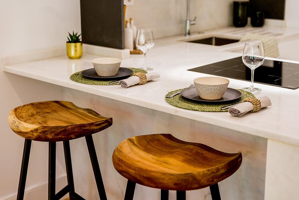 Ilha de cozinha moderna com bancos em madeira