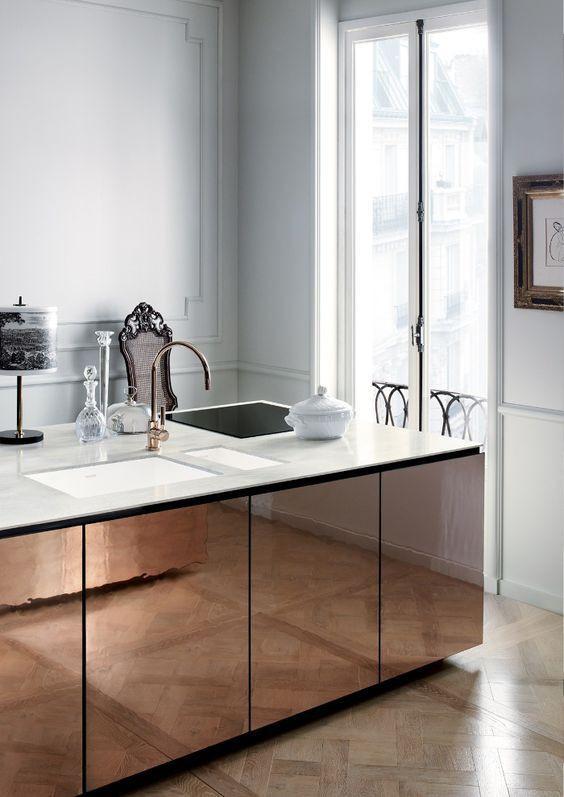 Cozinha moderna com ilha toda revestida a espelho envelhecido
