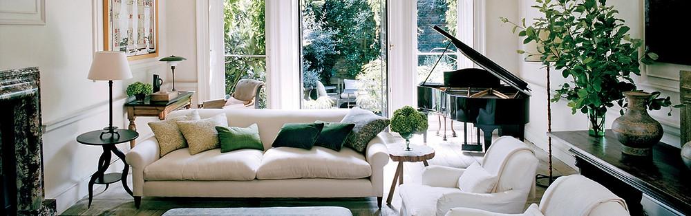 Sala com grandes janelas e jardim interior