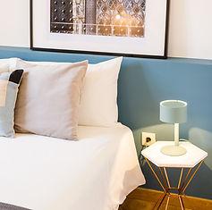Home staging alojamento local: quarto com faixa horizontal em azul para definir cabeceira.