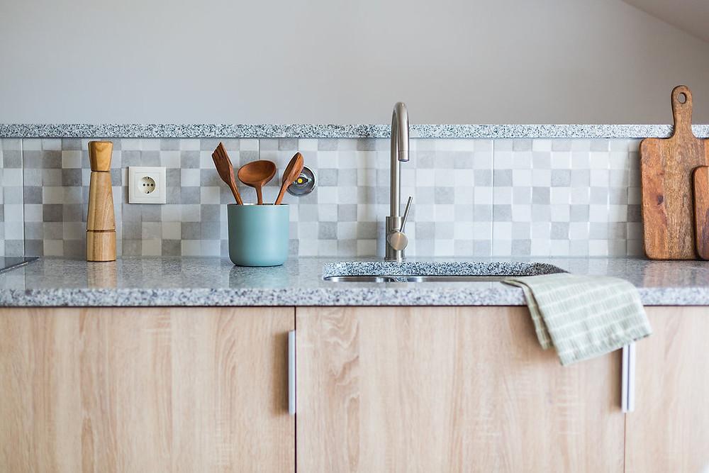 Bancada de cozinha decorada com utensílios em madeira modernos