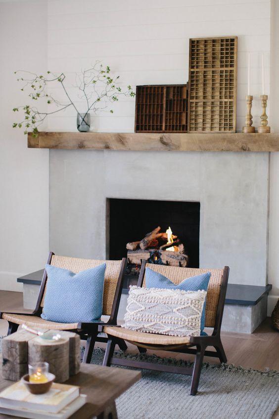 Sala cozy com lareira acesa