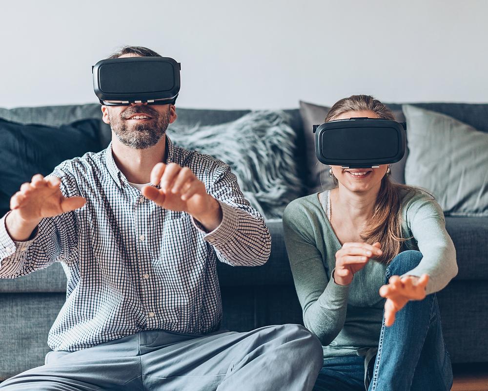 Casal com oculos tridimensionais_home staging ou virtual tour