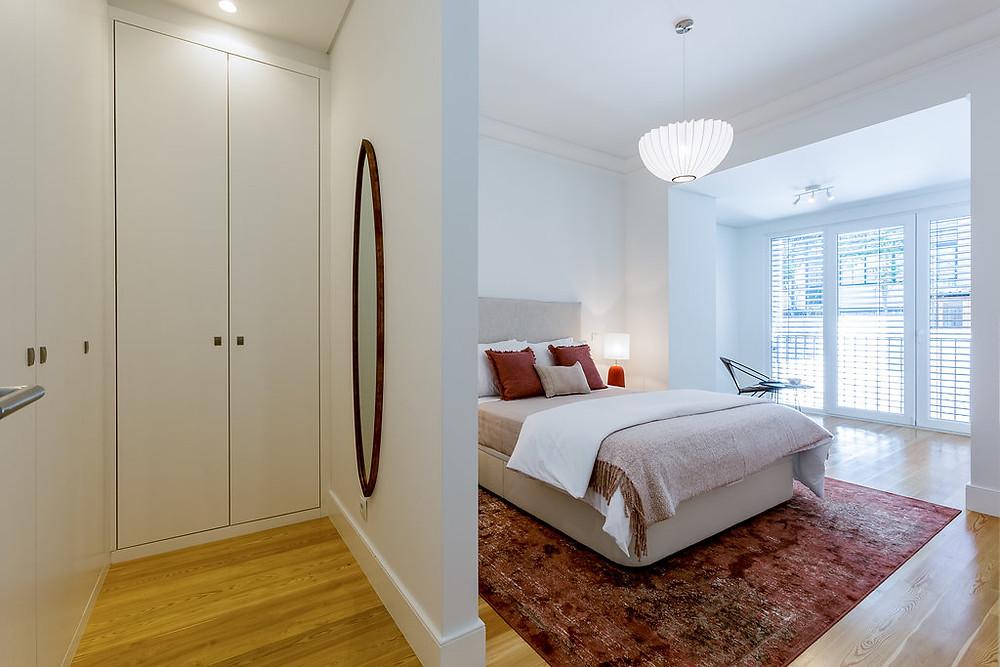 Suite moderna em tons de terracota com closet