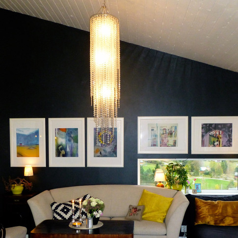 Flere giclee-trykk samlet på en vegg og innrammet i like 50 x 70 cm store rammer.