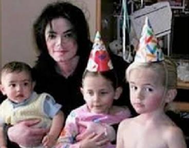MJ con niños.png