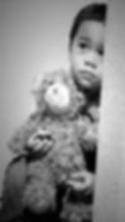 niño con oso.png