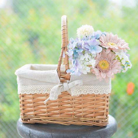 お買い物カゴと花束