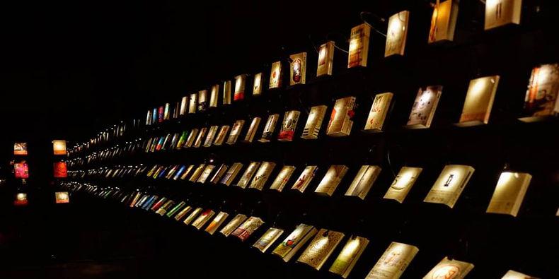 تحت ظلام دامس...متجر كتب يقدم تجربة مميزة لزواره
