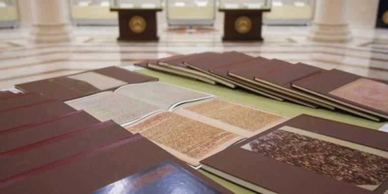 حاكم الشارقة يهدي دار المخطوطات الإسلامية 71 مخطوطة مصورة