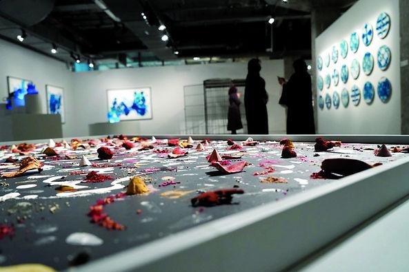"""معرض """"زمن رمادي"""" يترجم مفهوم الإبداع في زمن العزلة"""