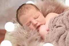 Neugeborenenshooting Lichterketter.jpg