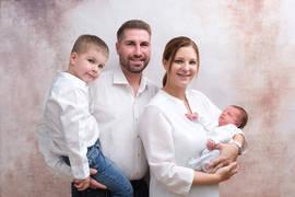 Neugeborenenshooting Familienbild.jpg