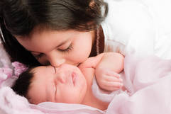 Neugeborenenshooting Schwester Kuss.jpg