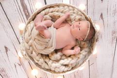 Neugeborenenshooting Korb Lichter.jpg