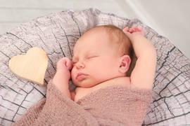 Neugeborenenshooting Herz.jpg