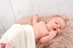 Neugeborenenshooting Fell wach.jpg