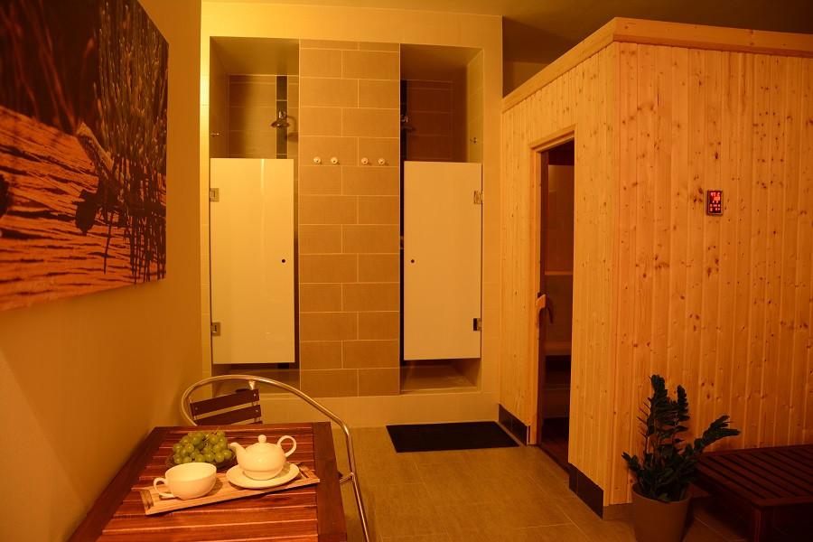 sauna_cernymost_interier_sprchy.jpg