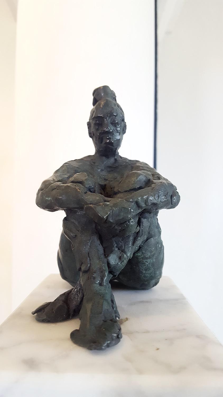 Zittend naakt op marmer (brons)