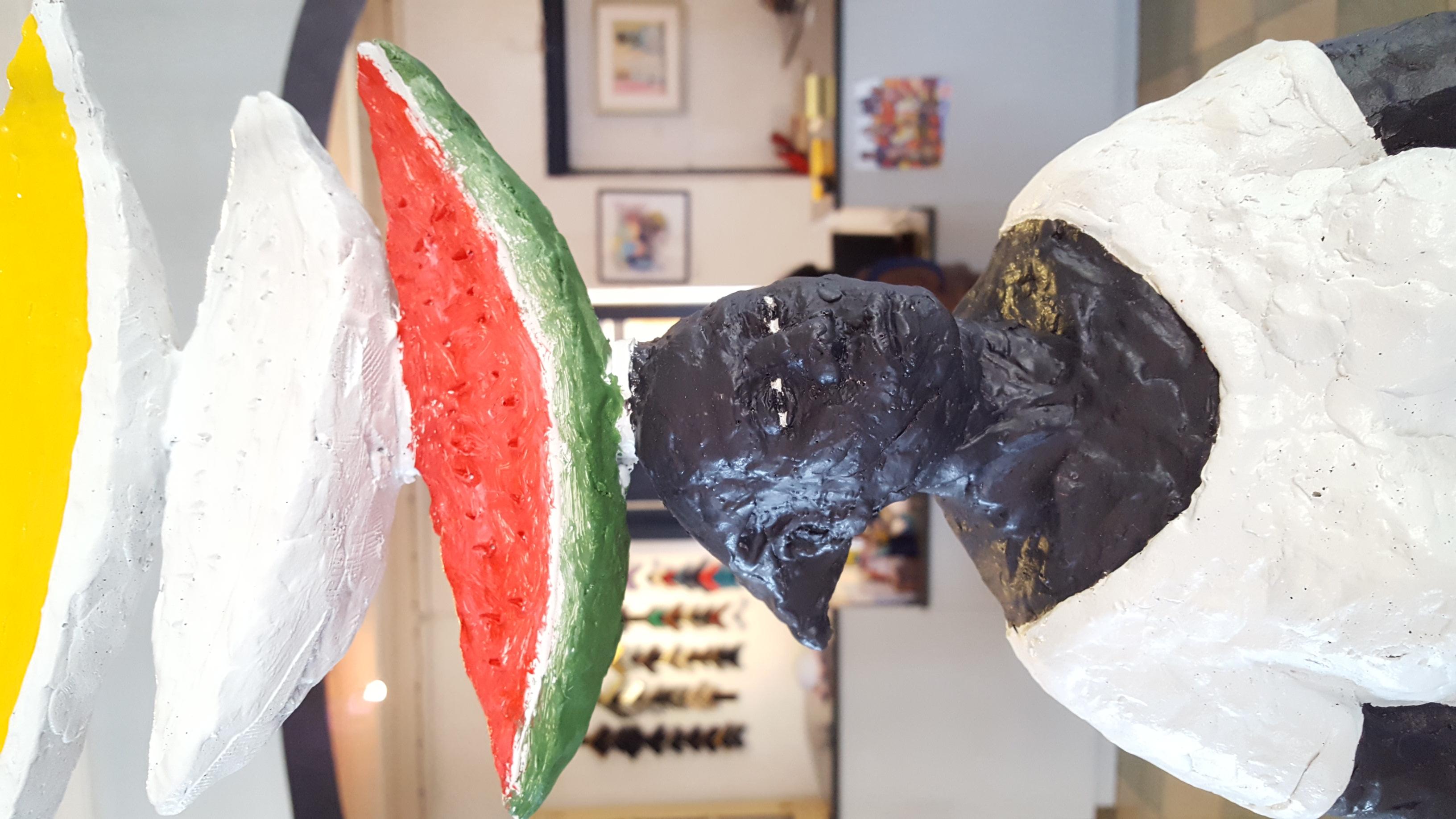 Vrouw met meloenen op hoofd