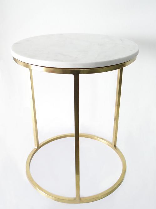 Mesa auxiliar con top de mármol blanco y base de acero inoxidable dorada