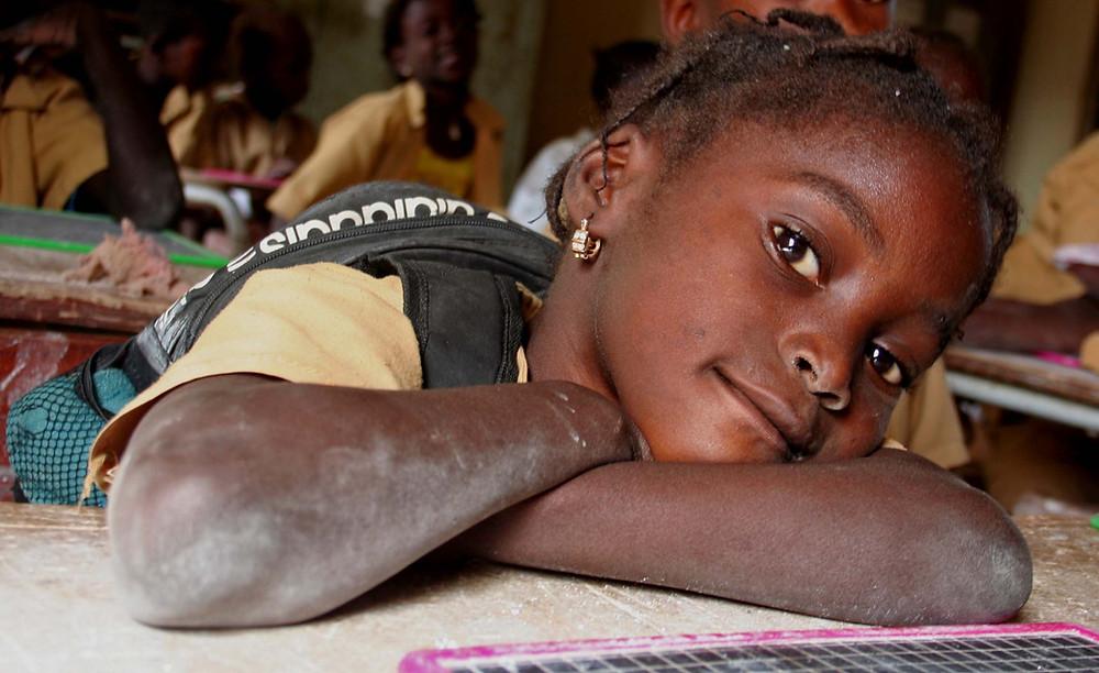 Bambina sul banco di scuola (villaggio di Diogane – Senegal febbraio 2016)